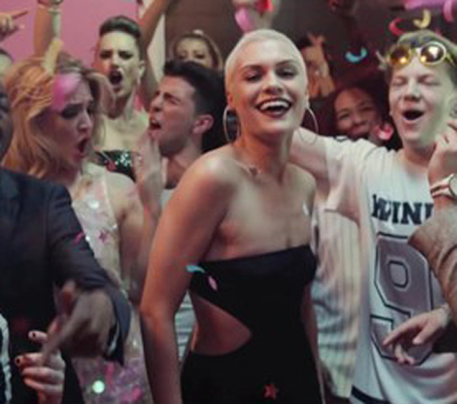 "Jessie J nel video de ""It's My Party"""