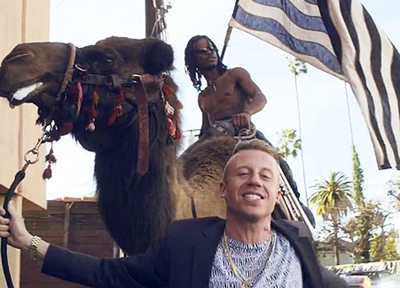 "Macklemore e Ryan Lewis nel video di ""Can't hold us"""