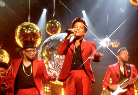 "Bruno Mars nel video di ""Treasure"""