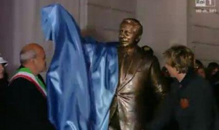 Leonardo Bongiorno scopre la statua dedicata al padre